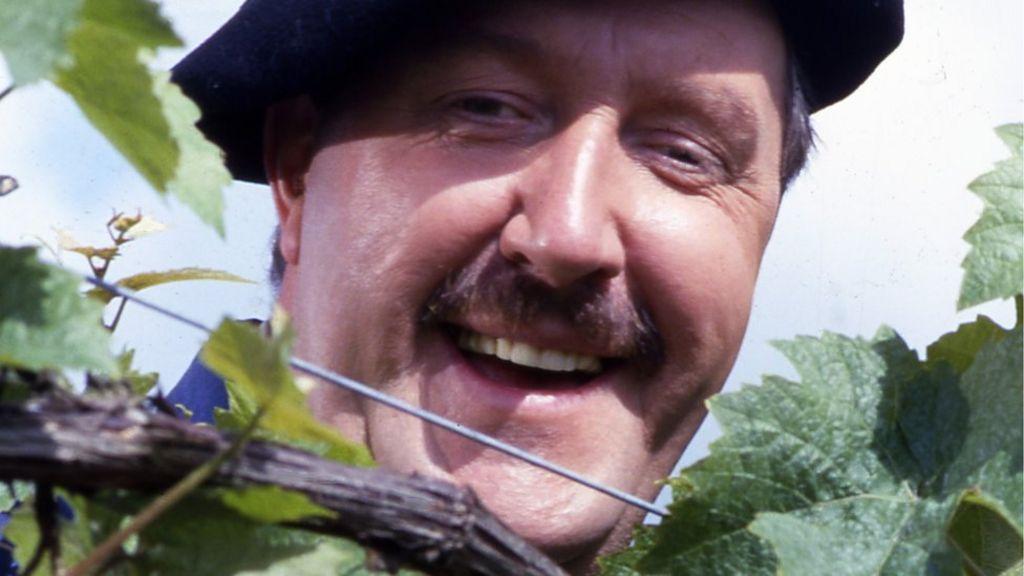 Gorden Kaye: 'Allo 'Allo!'s Rene Artois dies aged 75 - BBC News