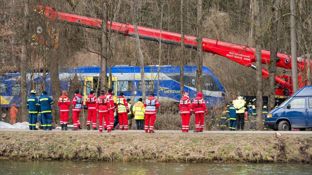 A 160-tonne crane was brought to the site to separate the two wrecked trains (10 Feb)