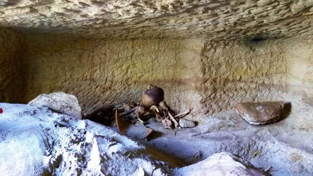 اكتشاف 12 مقبرة فرعونية أثرية في مصر - BBC Arabic