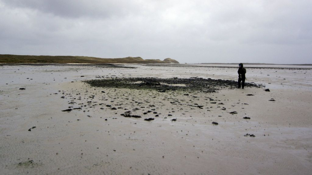 shifting sand dunes reveal large bronze age settlement
