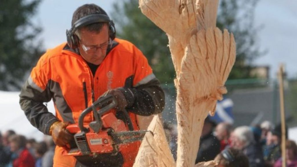 Fish fight sculpture wins chainsaw contest carve carr