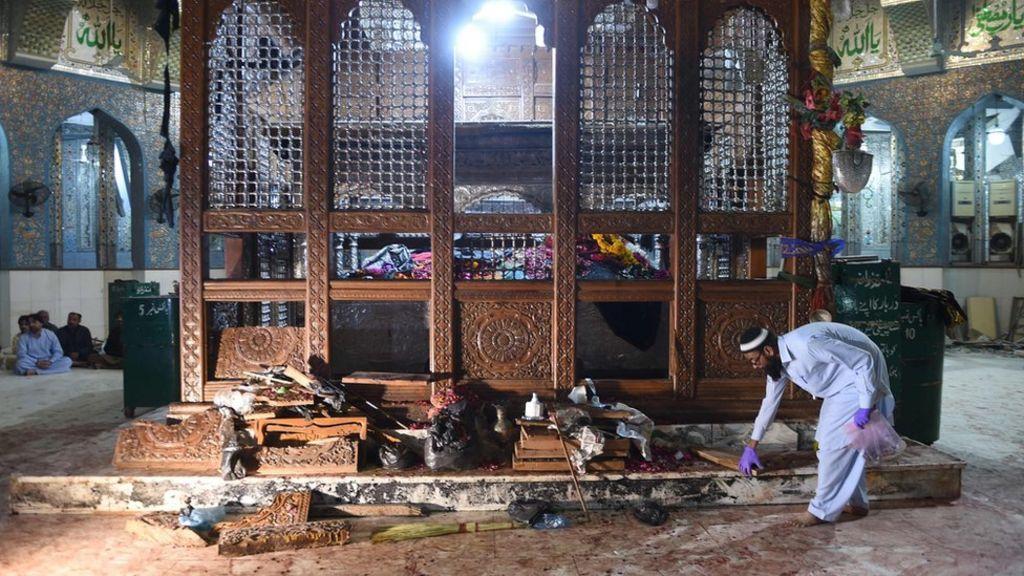 تنظيم الدولة الإسلامية يتبنى تفجير ضريح صوفي أودى بحياة العشرات في باكستان - BBC Arabic