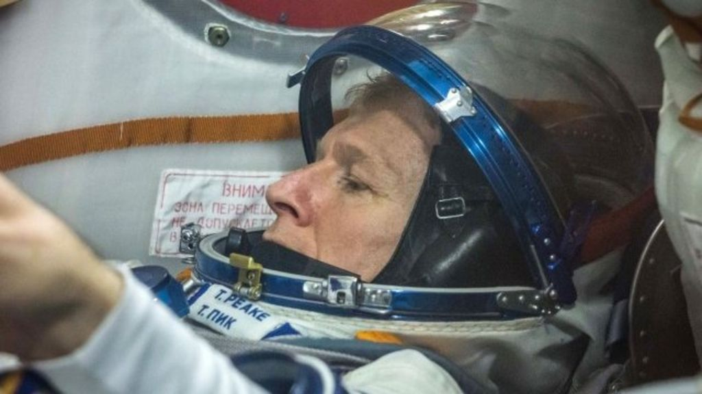 British astronaut Tim Peake prepares for spacewalk - BBC News