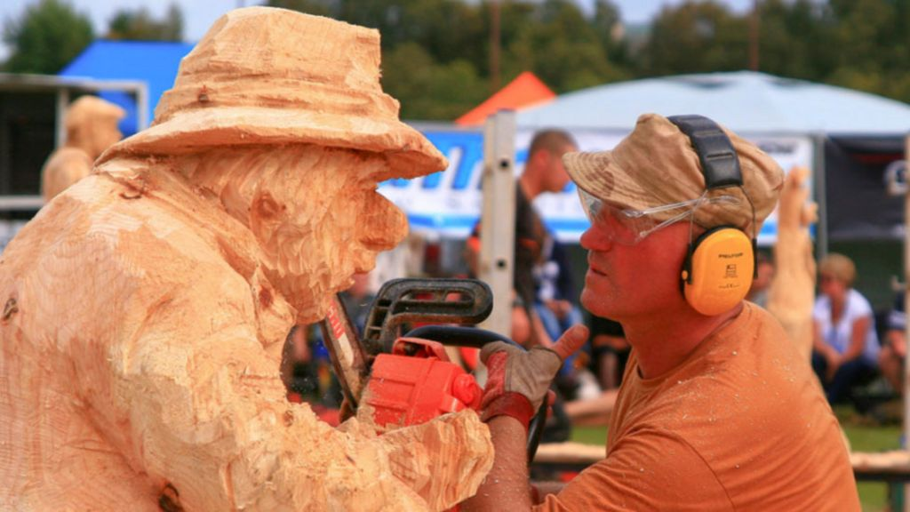 New winner in carve carrbridge chainsaw competition bbc news