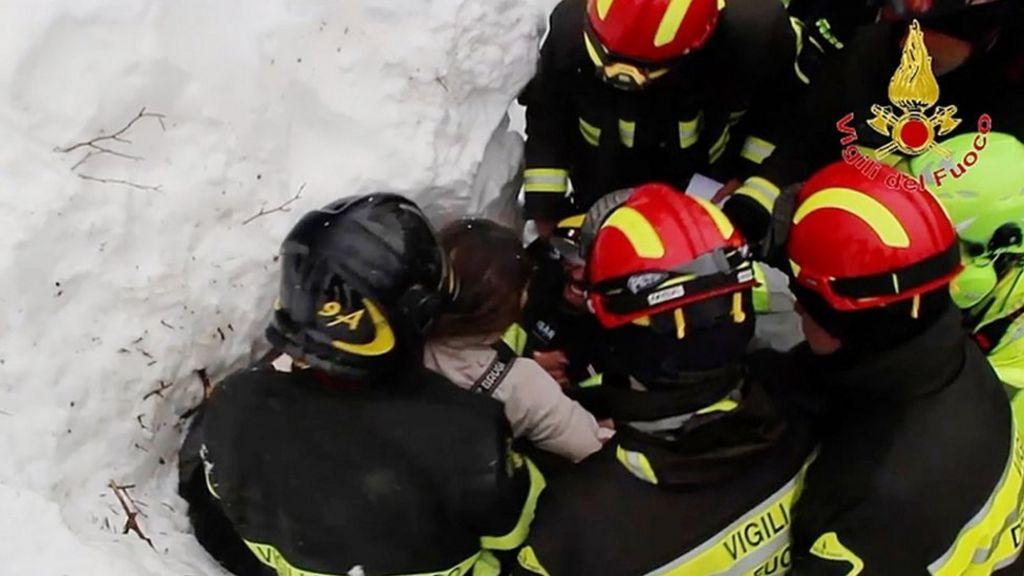 العثور على 10 أحياء قضوا 40 ساعة تحت أنقاض فندق طمره انهيار ثلجي وسط إيطاليا - BBC Arabic