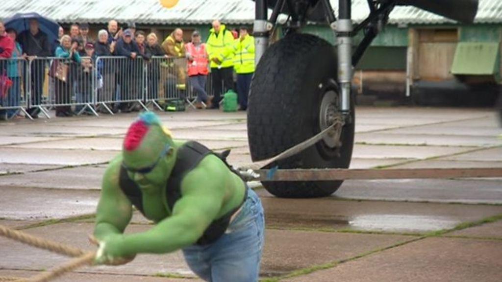 ' Hulk' strongman Dave Johnson pulls Lancaster bomber - BBC News