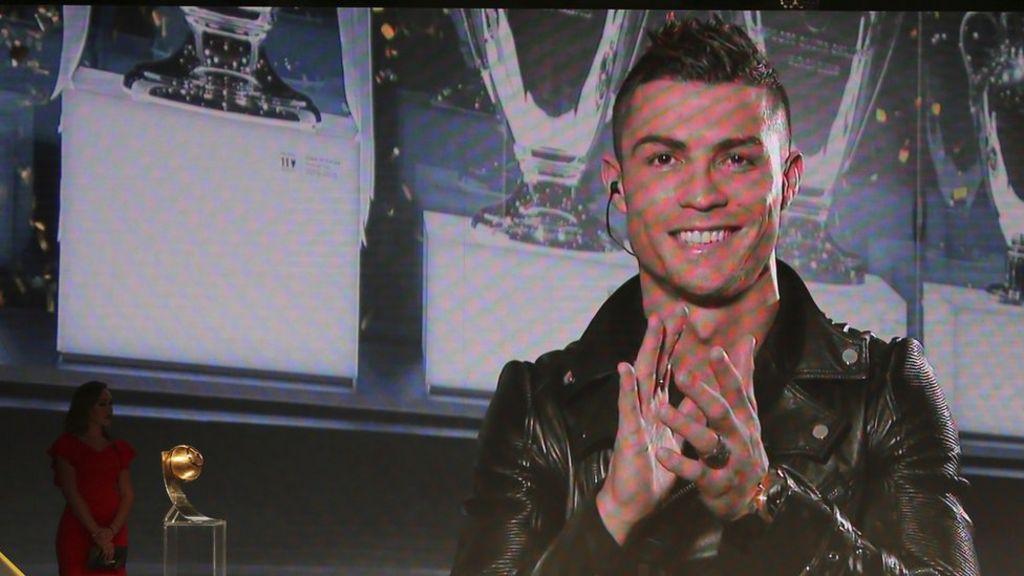 كريستيانو رونالدو يفوز بلقب أحسن لاعب في العالم في استفتاء  غلوب سوكر  - BBC Arabic