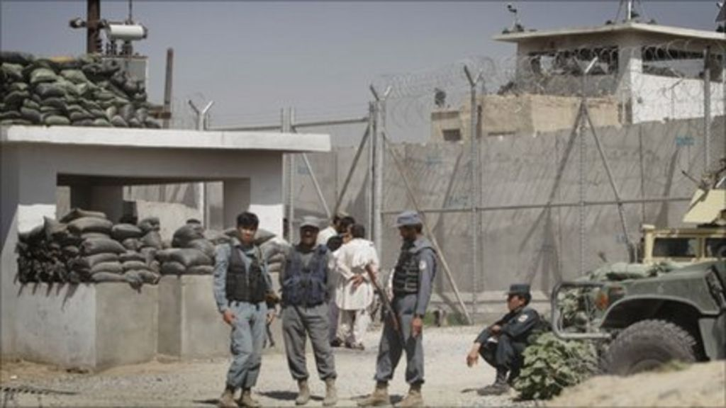 Afghanistan: Hundreds escape from Kandahar prison - BBC News