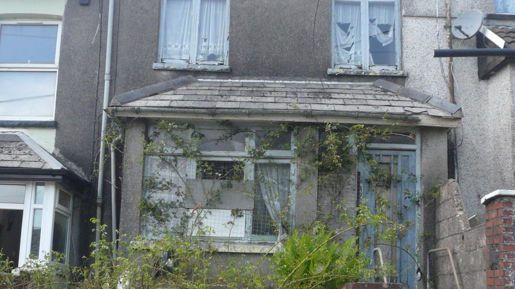 Tonypandy house for auction with �4,000 guide price - BBC News
