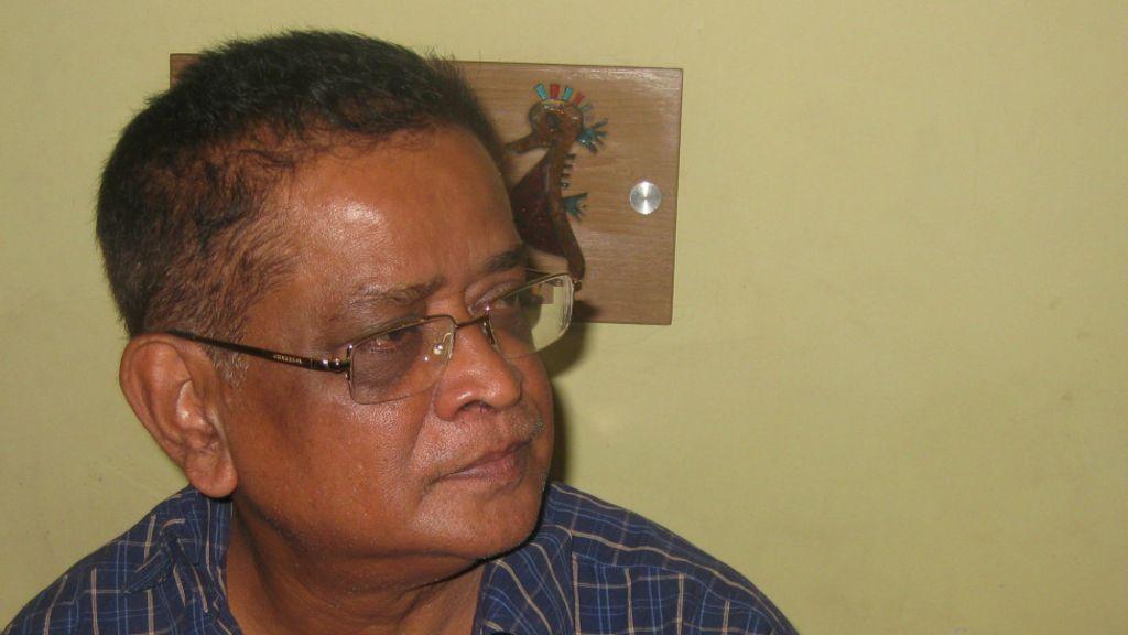 Bangladesh writer Humayun Ahmed: Dhaka crowds pay last respects - BBC News - _61707631_humayun