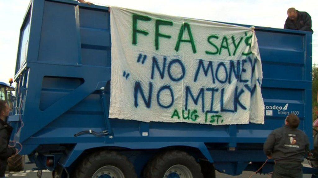 Dairy farmers blockade Droitwich Muller Wiseman factory - BBC News