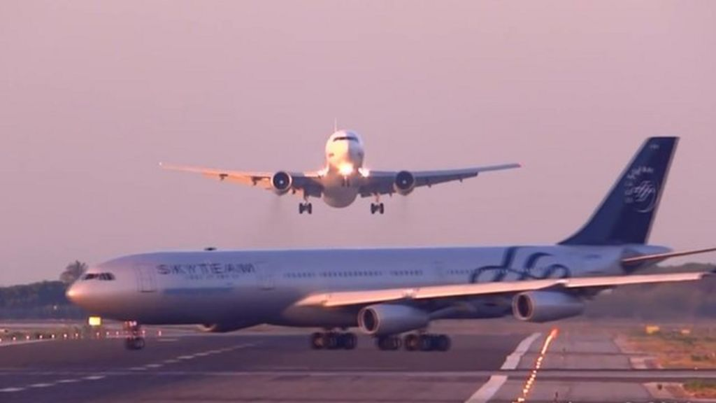 Planes in 'near miss' at Barcelona airport - BBC News
