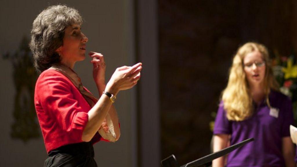 Blind singer learns visual art of conducting a choir - BBC News