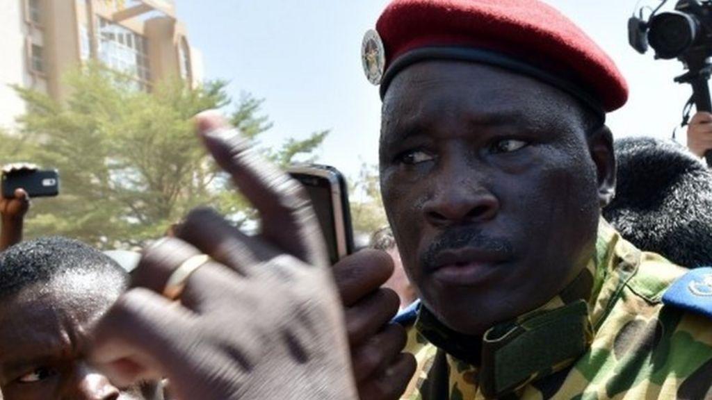 Army backs new Burkina Faso leader Isaac Zida - BBC News