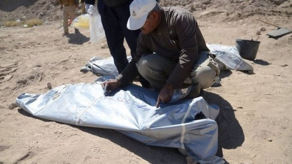 Iraqi teams exhume mass graves of soldiers in Tikrit - BBC News
