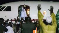 Yaya Jammeh akiwapungia mkono watu alipokuwa akiabiri ndege Banjul