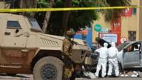 Les forces de sécurité du Burkina Faso quadrillent l'Hôtel Splendide le 18 janvier 2016 après une attaque djihadiste.
