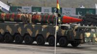 نمایش موشک بالستیک در جریان یک رژه نظامی به مناسبت روز جمهوری پاکستان در اسلام آباد