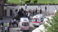 Ambulances wait outside police hq in Turkish city of Gaziantep after a bomb exploded (01/05/2016)