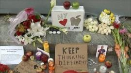 Fan's tributes to Steve Jobs in New York