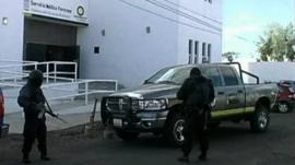 Armed presence outside the Servicio Medico Forense.