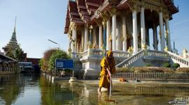 Monk clears up after Thai floods