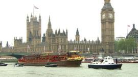 Royal barge passes Parliament