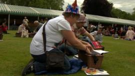 People enjoy picnic in Buckingham Palace grounds