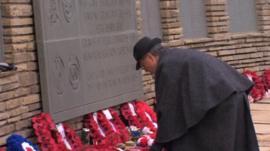 Man lays wreath at Falklands memorial