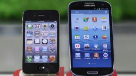 Samsung Electronics Galaxy S III (right) and Apples iPhone 4S are displayed at a mobile phone shop in Seoul