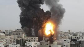 An explosion shakes Gaza City after an Israeli air strike (17 November 2012)