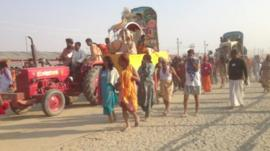 Pilgrims from different sects on road to Sangam