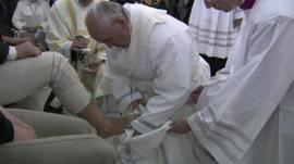 Pope Francis washes prisoners' feet