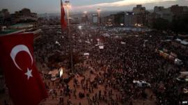 Demonstrators gather inTaksim square in Istanbul (6 June 2013)