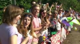 People queue for Wimbledon final