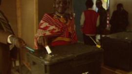 Kenyan woman put ballot paper in box