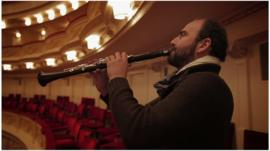 Kinan Azmeh playing the clarinet
