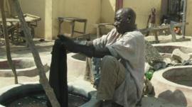 Indigo dyer