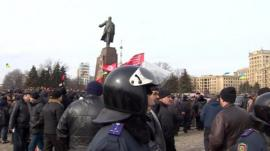 Crowds protect Lenin statue