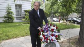 Ambassador Juan Gabriel Valdes lays a wreath at the memorial for Orlando Letelier