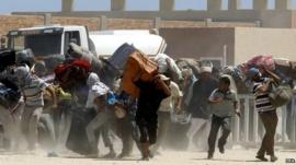 Egyptian fleeing Libya at Tunisia border crossing