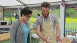 Contestant Iain show Sue his ice cream