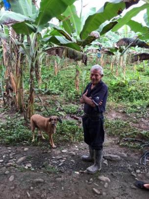 Aníbal Nuñez con uno de sus perros.