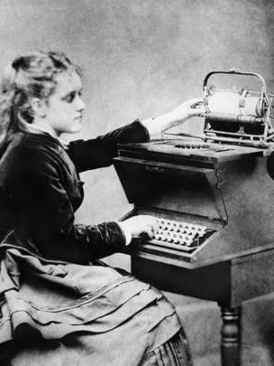 Una joven con una máquina de escribir Christopher Sholes