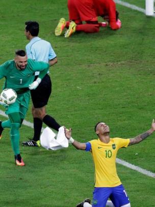 Neymar comemora vitória do Brasil no futebol