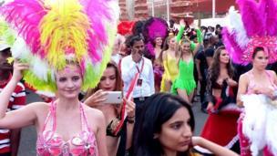 Düğündeki samba dansçıları