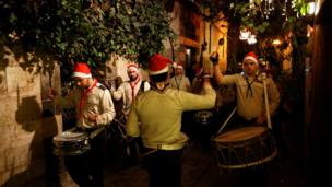 Hristiyan izciler Noel akşamı Şam sokaklarında kutlama yaptılar
