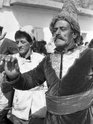 مردی در حال رقص در جشن نوروز سال ۱۹۸۹