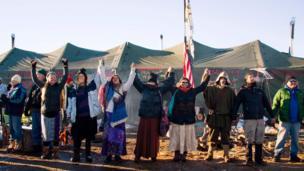 Yerliler ve aktivistler iptal kararının açıklanmasının ardından kutlamalar yaptı