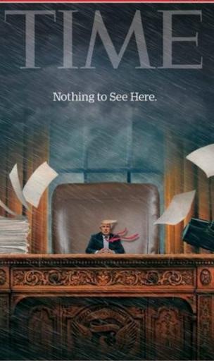 坐在辦公桌前被縮小的特朗普